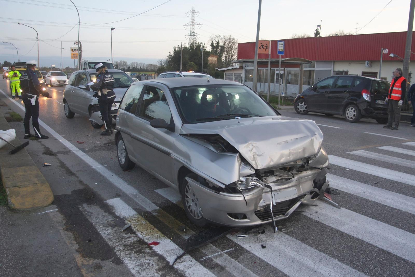 Tamponamento a catena a Camerlona, traffico in tilt sull'Adriatica