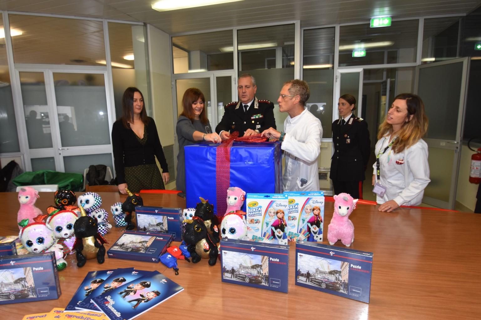 Forlì, i carabinieri in pediatria con giochi e doni per i bimbi malati