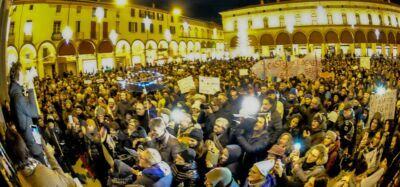 """Dopo Salvini le Sardine si riuniscono a Imola intonando """"Bella Ciao"""""""