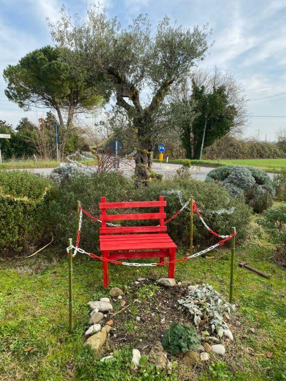 Rimini, a San Salvatore una panchina rossa contro la violenza