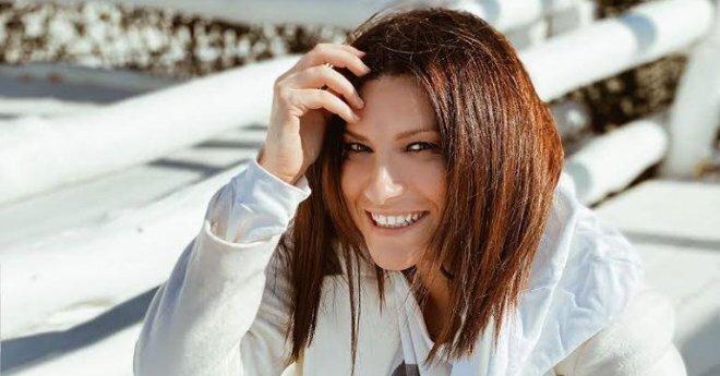 """Laura Pausini svela """"Be me"""" per lanciare la festa del 2020 a Faenza"""