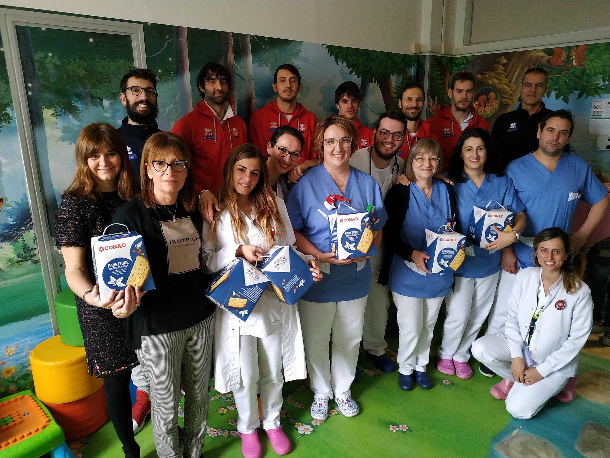 Basket, l'Unieuro Forlì in visita a Pediatria