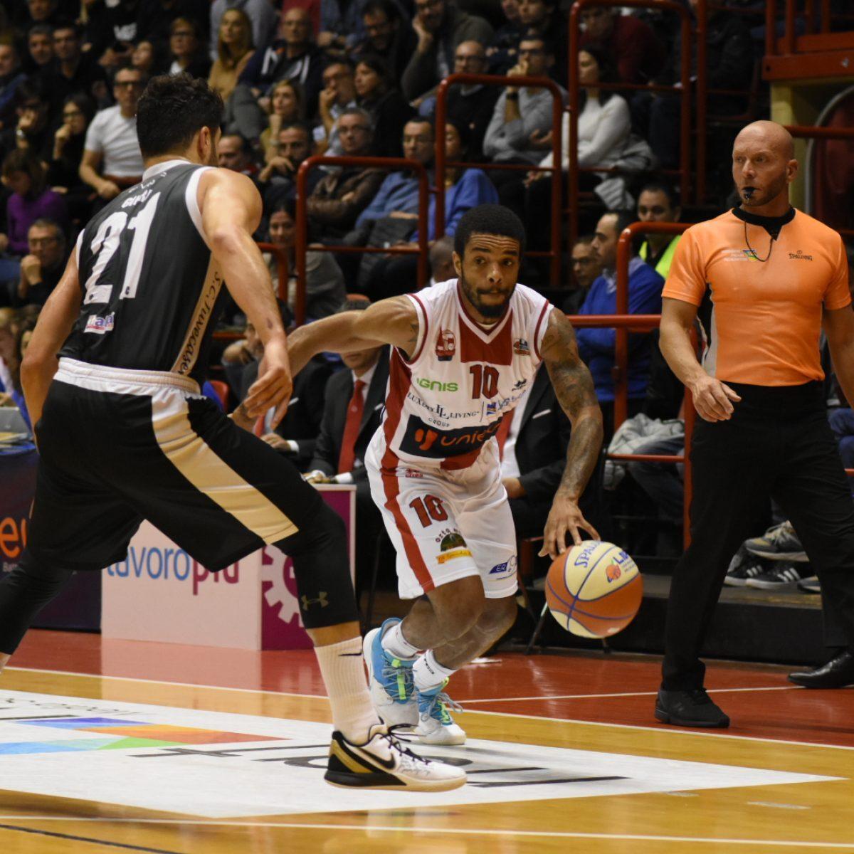 Basket, venerdì 20 dicembre stop agli abbonamenti per l'Unieuro