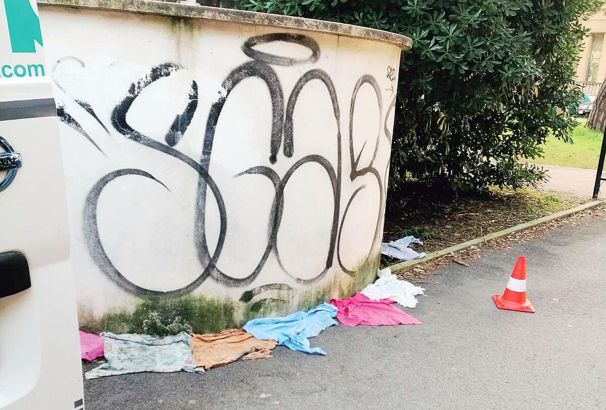 Imbrattamenti e scritte vandaliche a Forlì, il Comune ripulisce