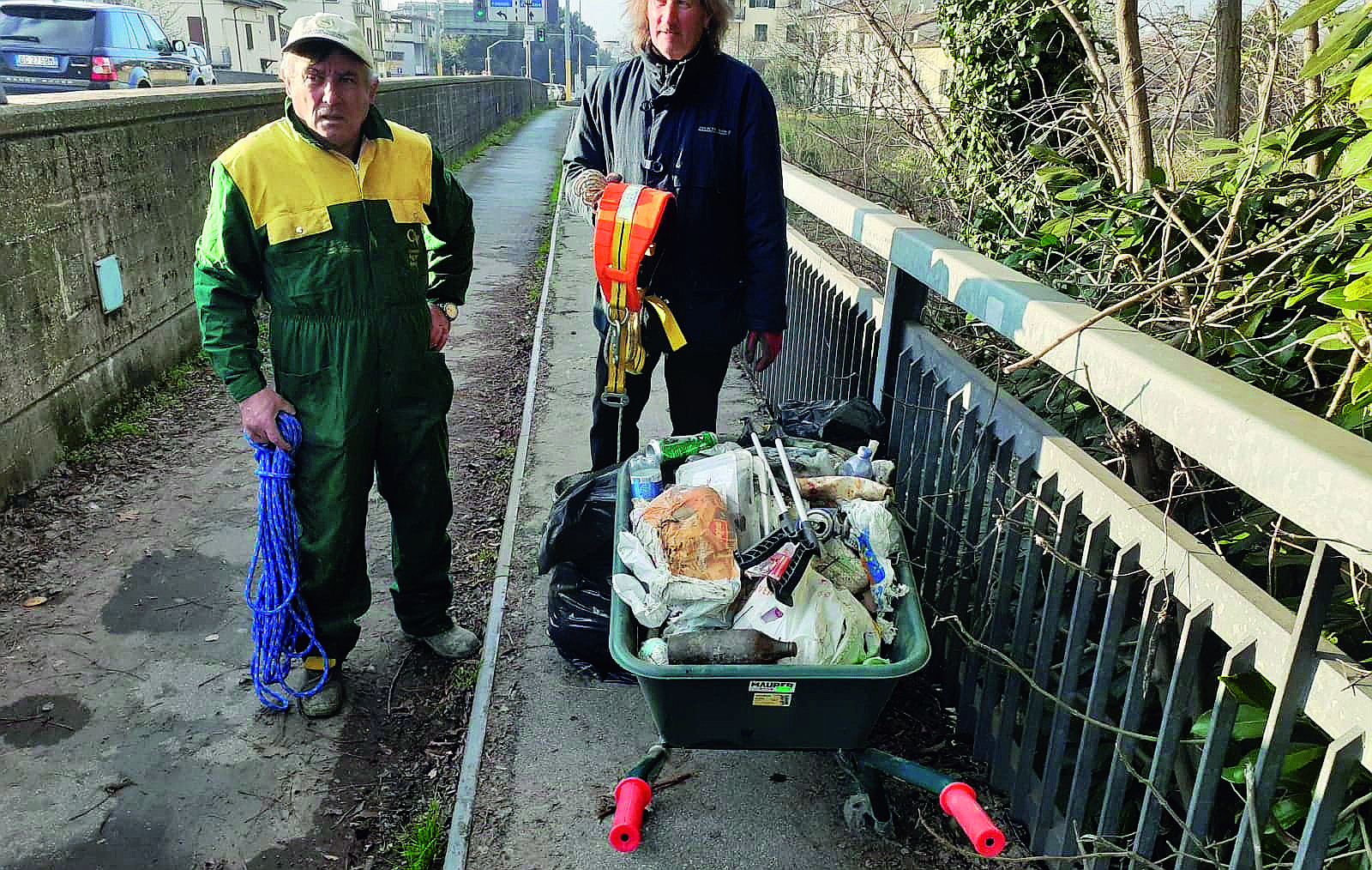 """Romiti, i volontari """"spazzano"""" i rifiuti dall'argine del fiume"""