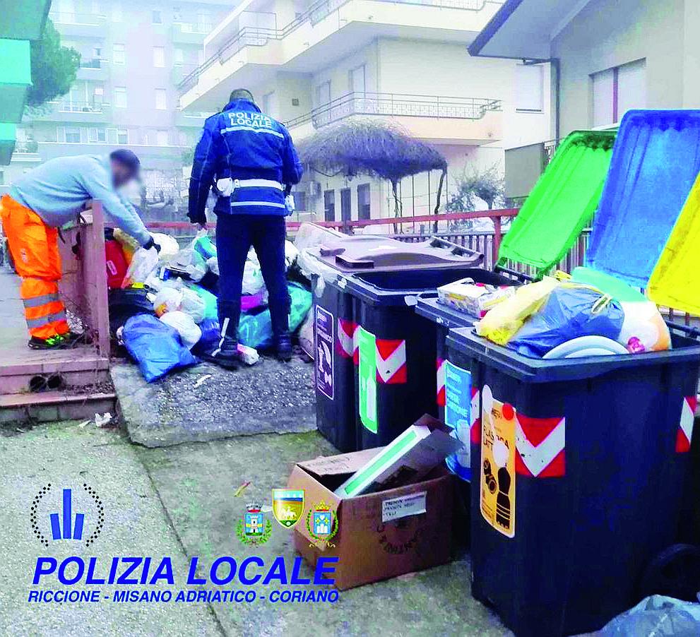 """Lascia una """"discarica"""" di rifiuti in pieno centro a Misano, multato"""