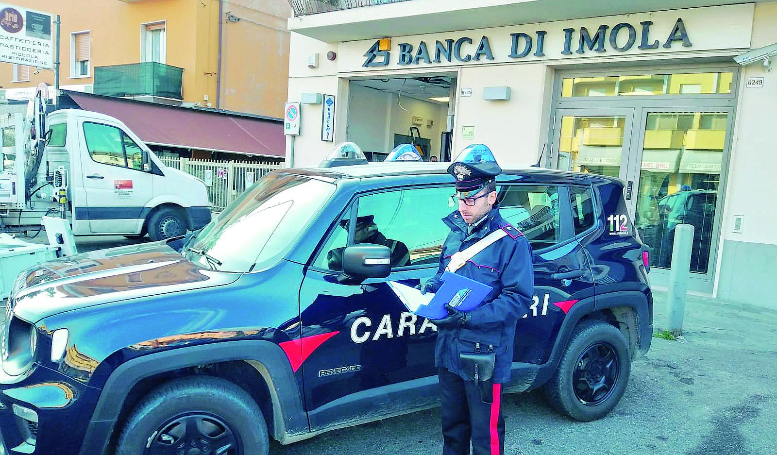 Sradicano il bancomat col carro attrezzi ma arrivano i carabinieri