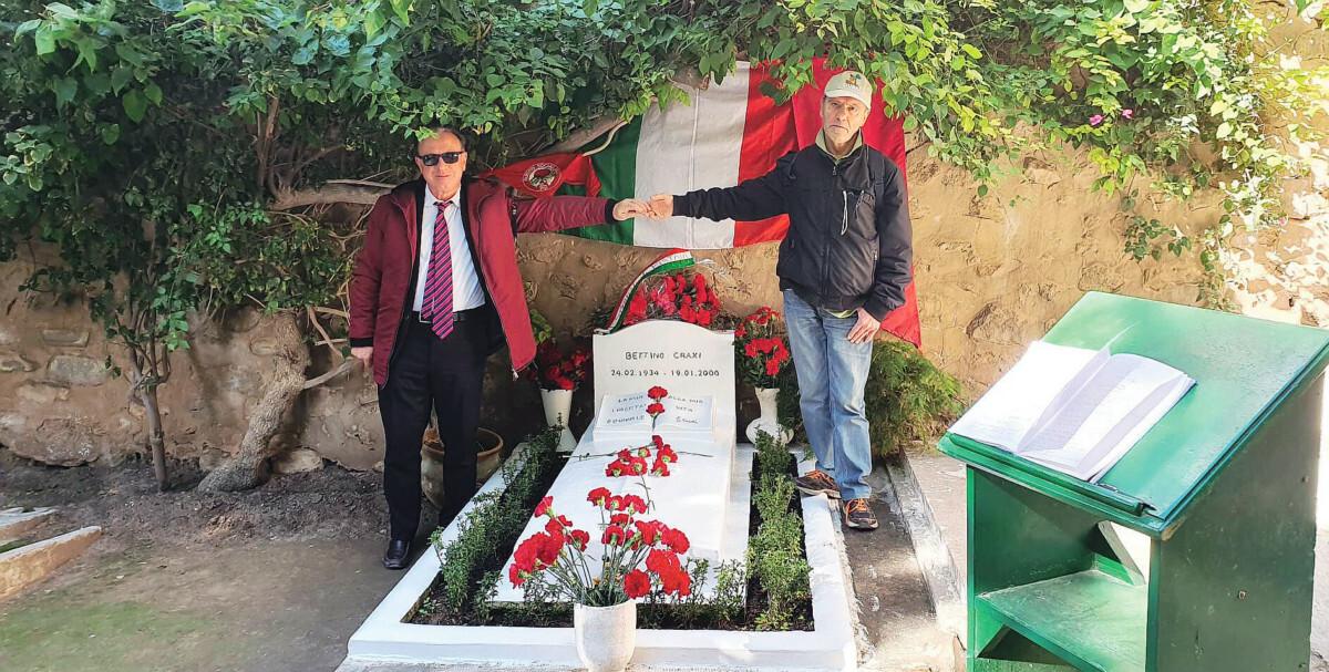 In pellegrinaggio sulla tomba di Bettino Craxi
