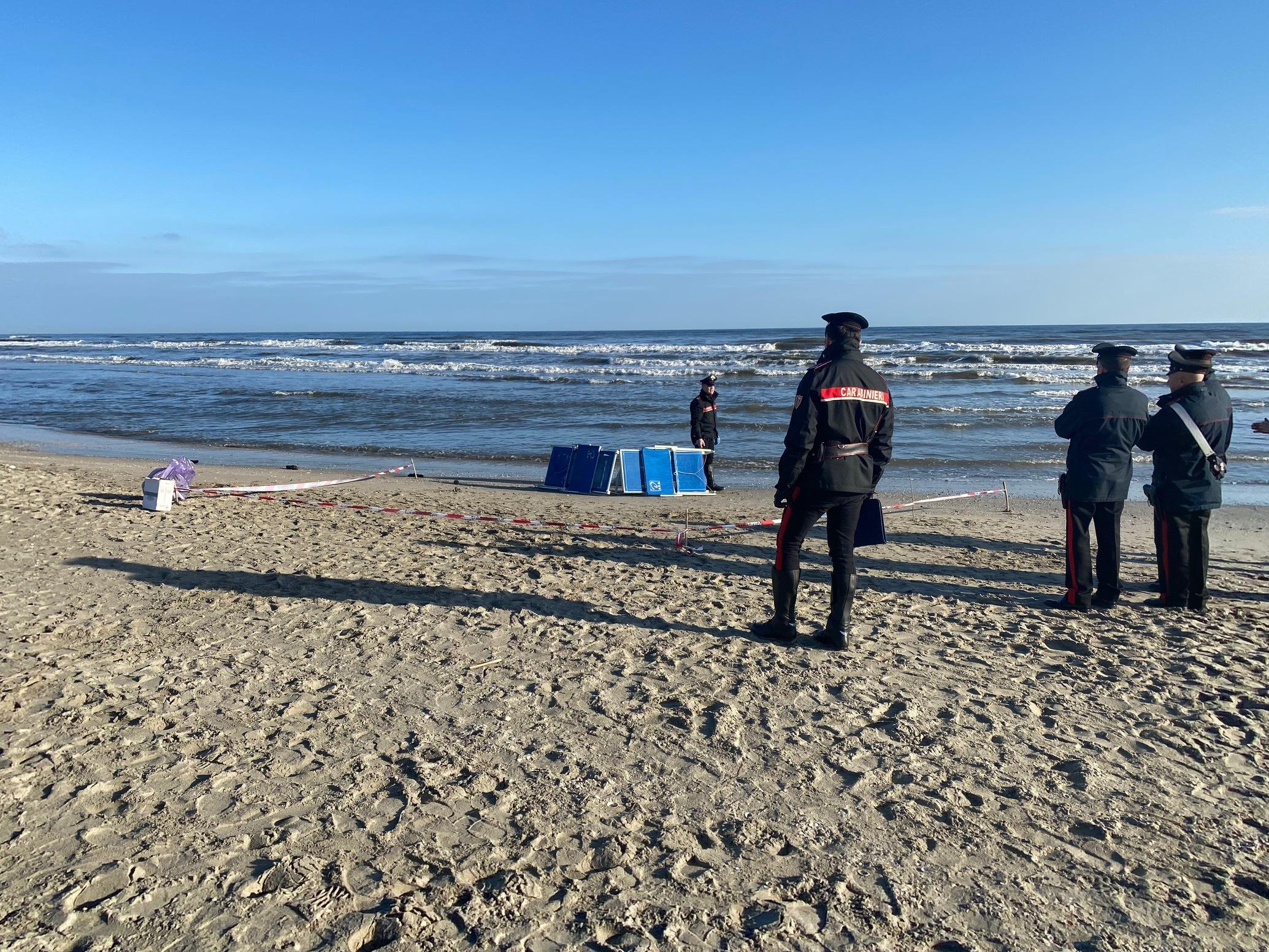 Cadavere in spiaggia a Milano Marittima, è un 70enne forlivese