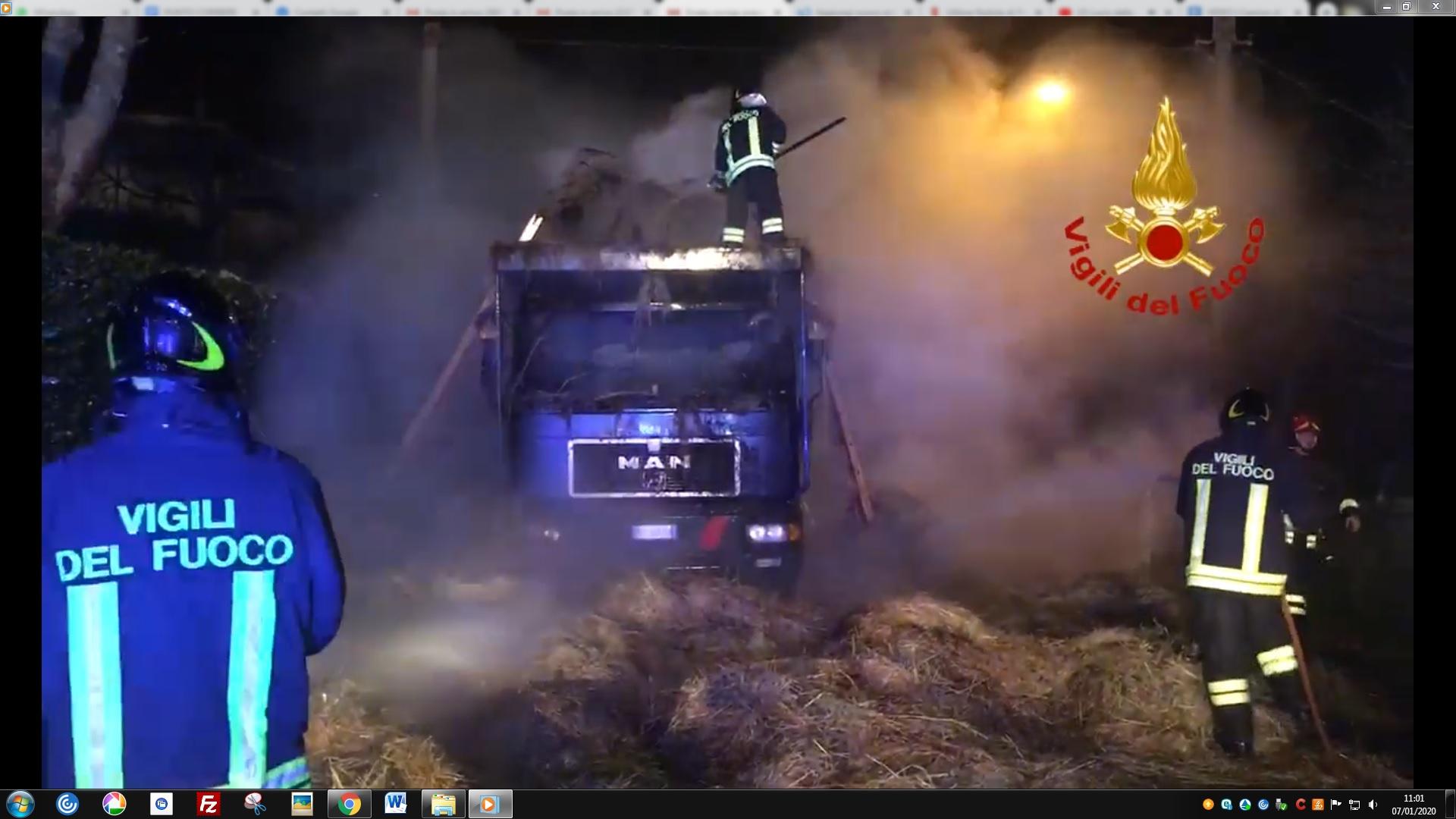 San Marino, a fuoco un camion carico  di rotoballe. VIDEO E FOTO