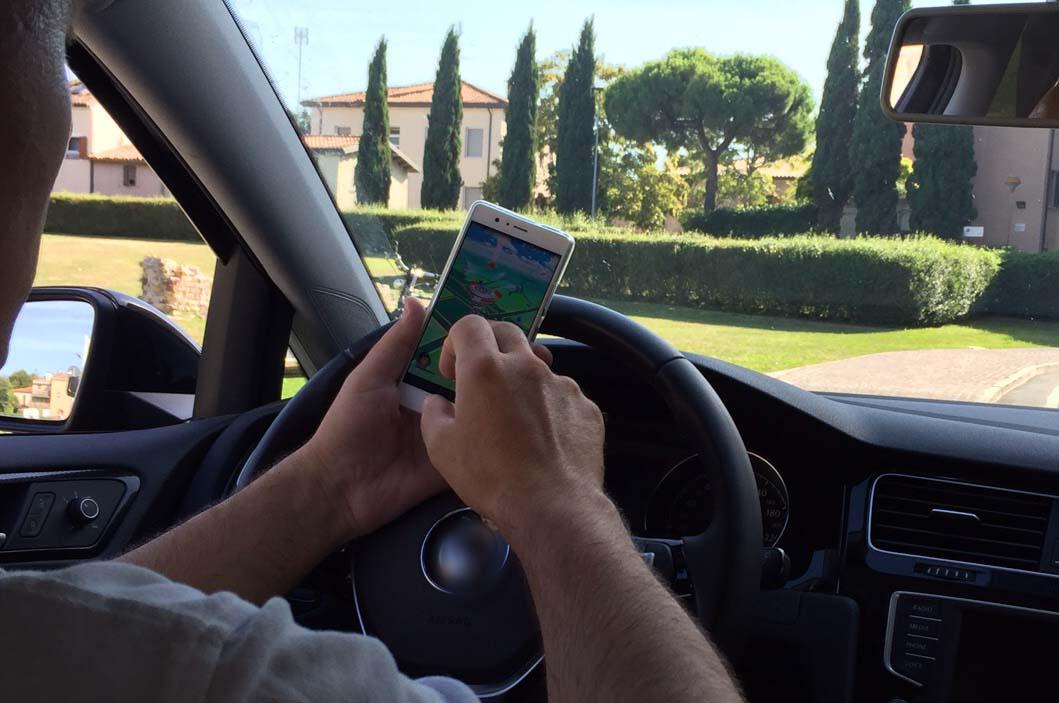 Rimini. Alla guida con lo smartphone: 18 multe in poche ore