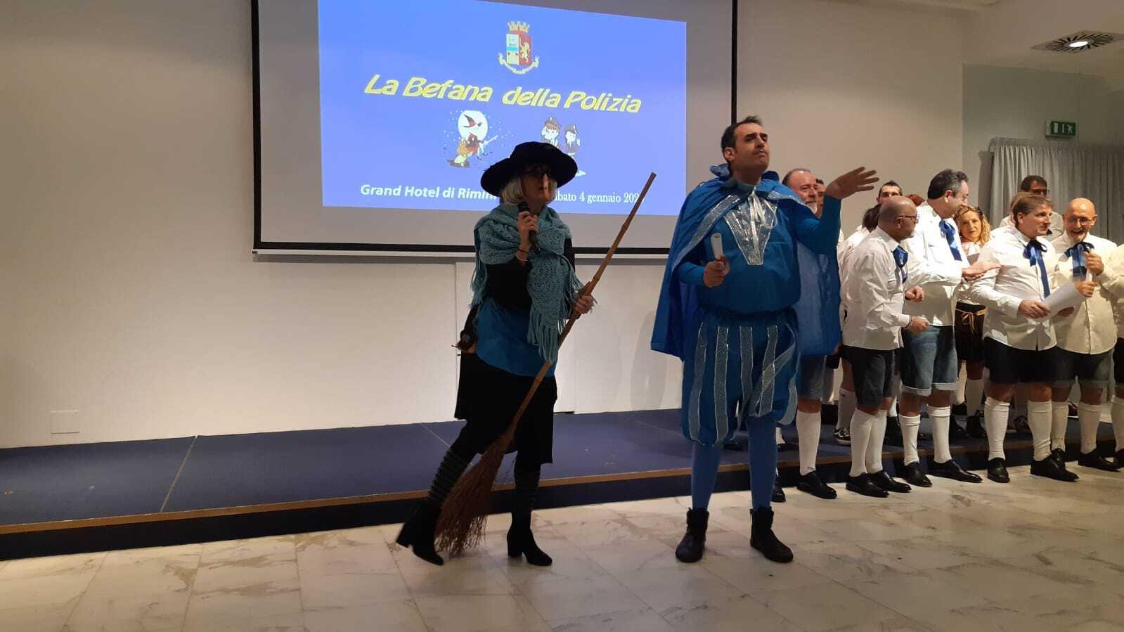 """Befana a Rimini. I poliziotti cantano """"Nella vecchia fattoria"""". VIDEO"""