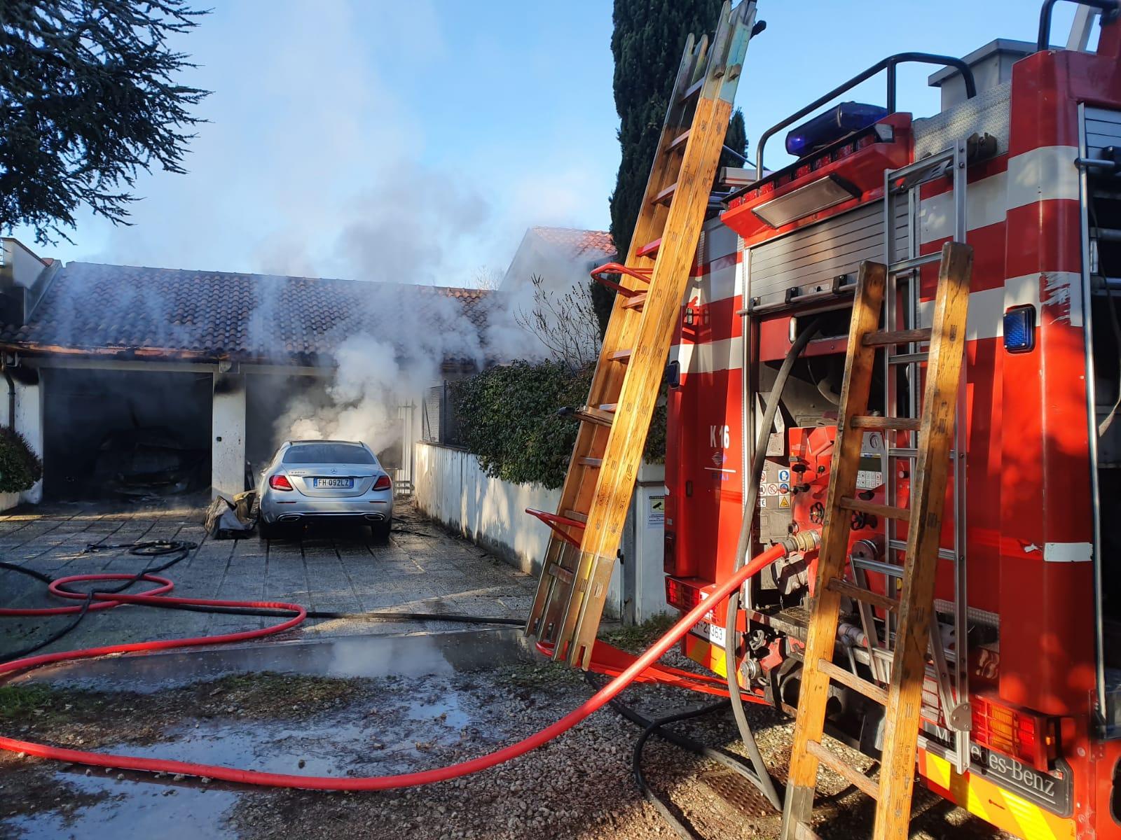Incendio in garage a Santa Giustina, distrutte due auto. IL VIDEO