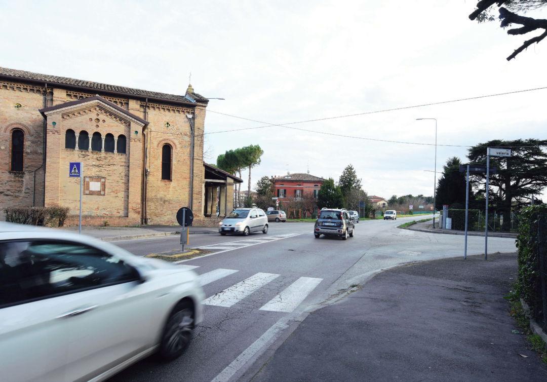 Stop agli incidenti a Forlì, ai Romiti arriva la rotonda davanti alla chiesa