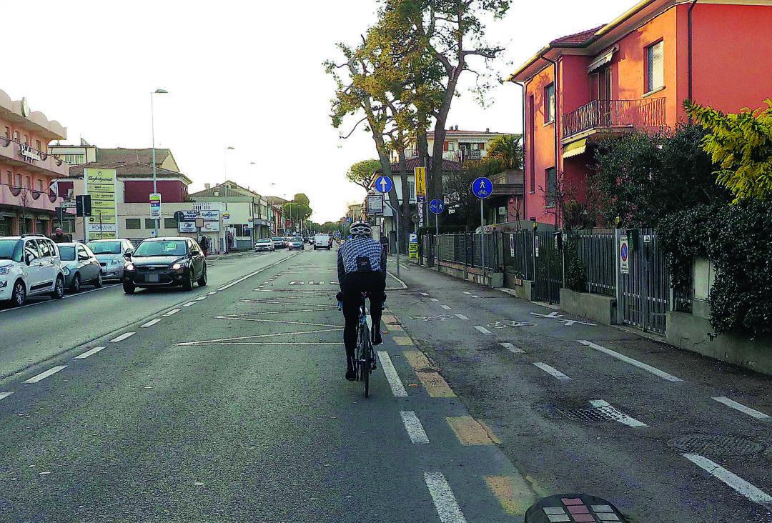 Rimini, in bici fuori dalla ciclabile: multato