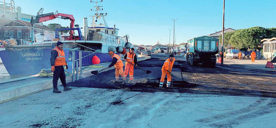 I lavori al porto di Cesenatico procedono spediti con l'asfaltatura
