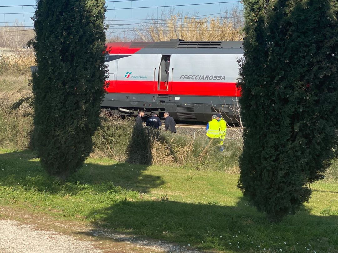 Giovane muore investito dal treno Frecciarossa vicino alla stazione di Cesena