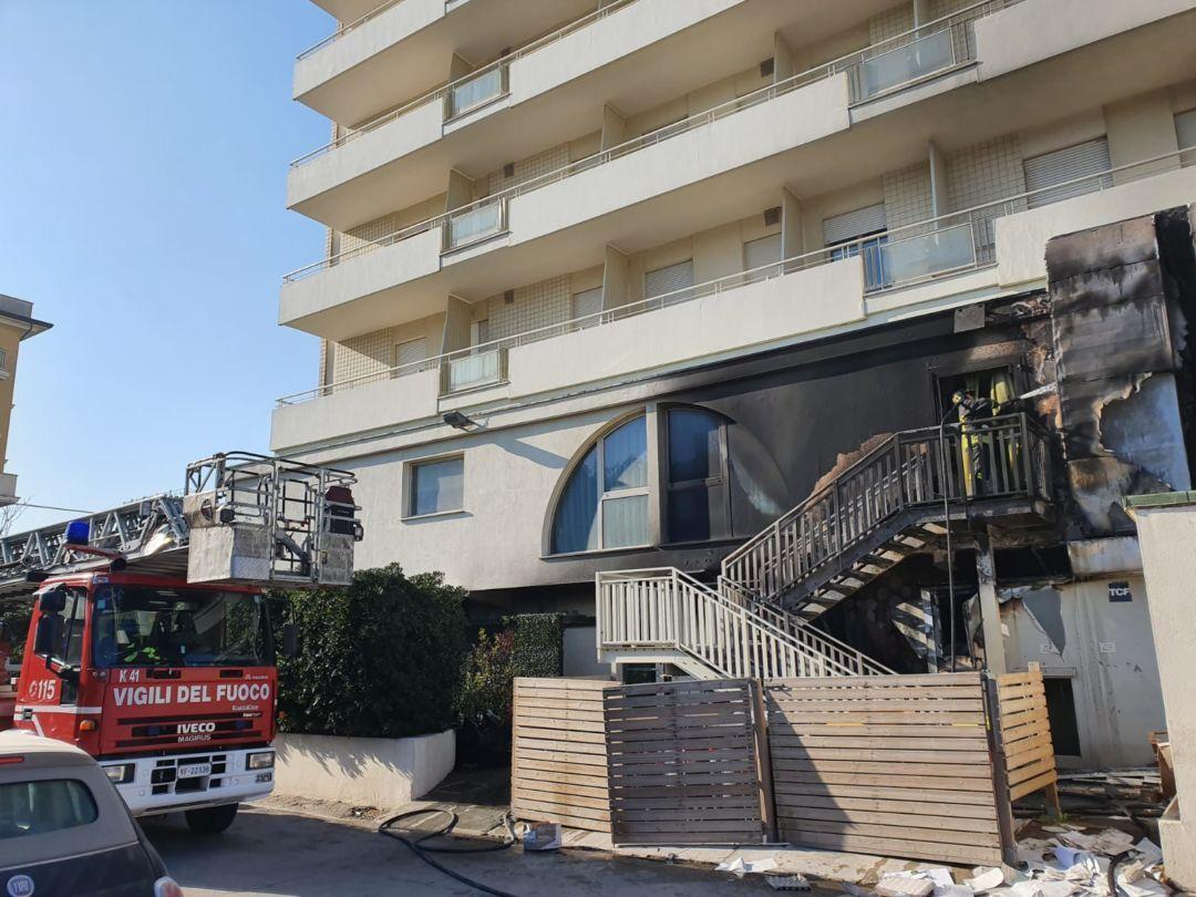 Rimini. Incendio: evacuato l'hotel Touring, chiuse le strade