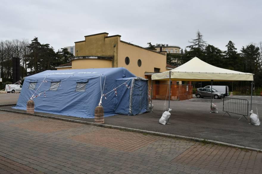 Forlì, in auto nella tenda Covid-19: effettuati 27 tamponi