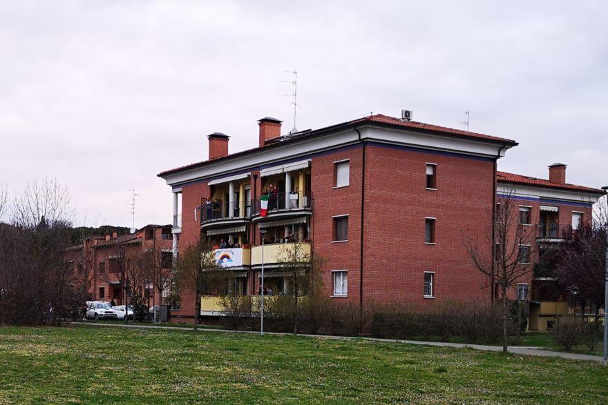 """Flash mob, l'inno nazionale e """"Bella ciao"""" dai balconi di Imola"""