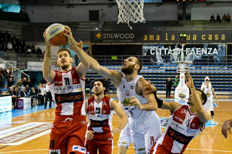 Basket A2, si riparte: il derby Unieuro-Naturelle lunedì alle 20.30