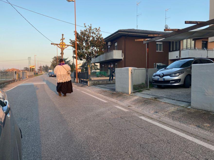 Cesena: processione in solitaria con l'antico crocefisso - VIDEO