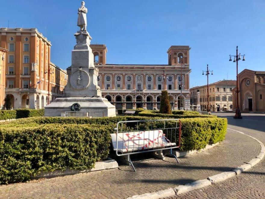 Forlì, lotta al Coronavirus: il Comune transenna le panchine