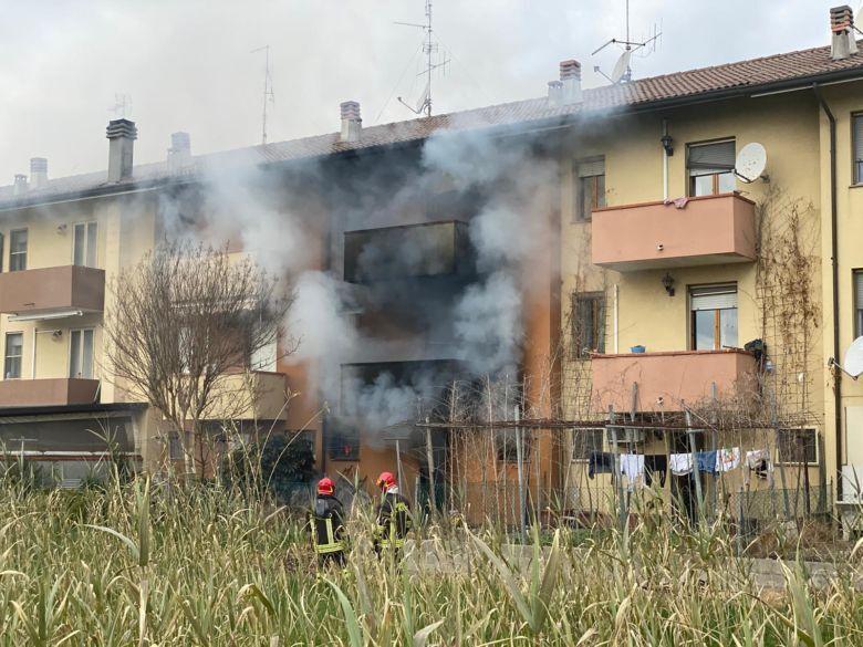 Gatteo Mare, casa a fuoco: indagini e due intossicati - VIDEO