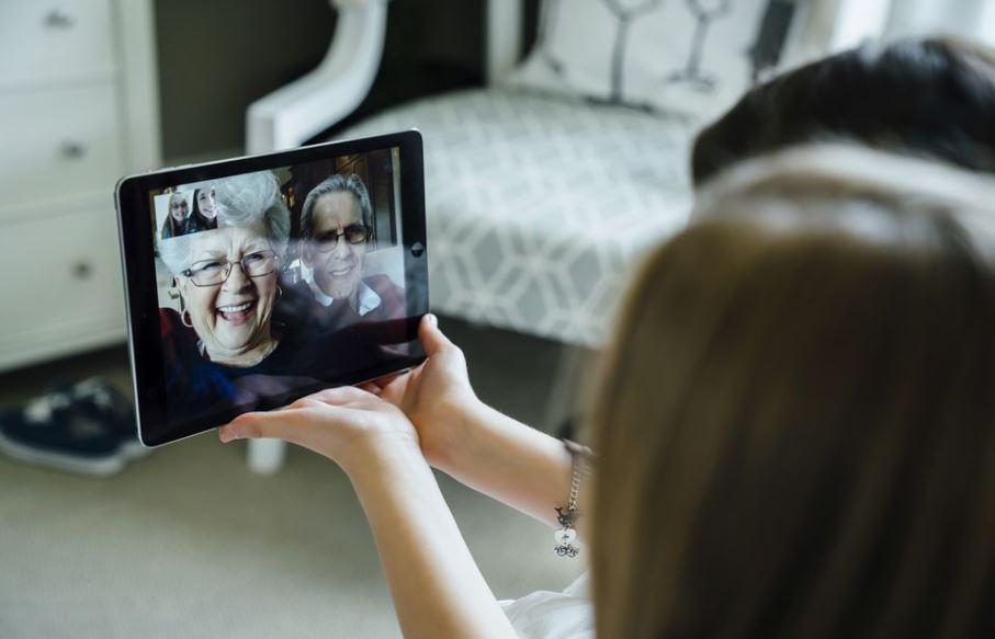 Coronavirus, la videochiamata dà voce alle persone con demenza