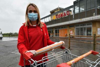 Coronavirus, a Forlì coprimaniglie per i carrelli dei supermercati