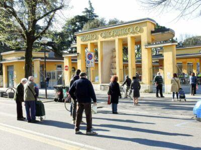 Mercato agricolo di Imola riaperto, file ordinate ai cancelli