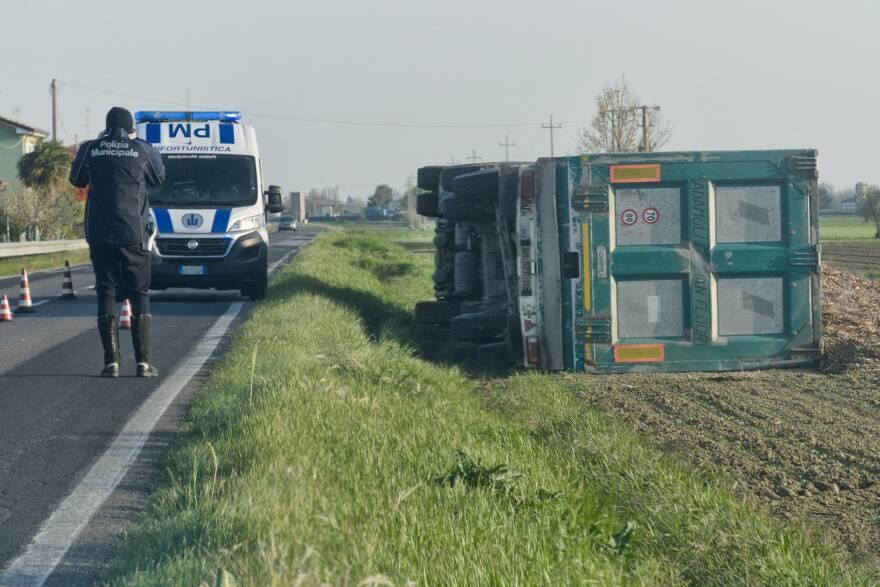 Camionista di Cesena esce di strada a San Zaccaria