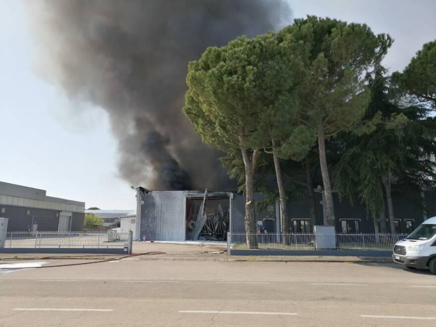Forlì, incendio in una ditta