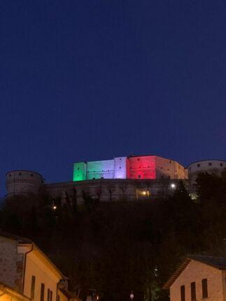 Coronavirus, Fortezza di San Leo illuminata con il tricolore