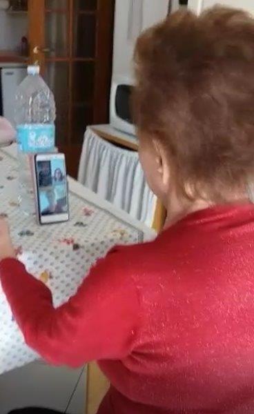 La videochiamata, uno dei pochi regali portati dal coronavirus