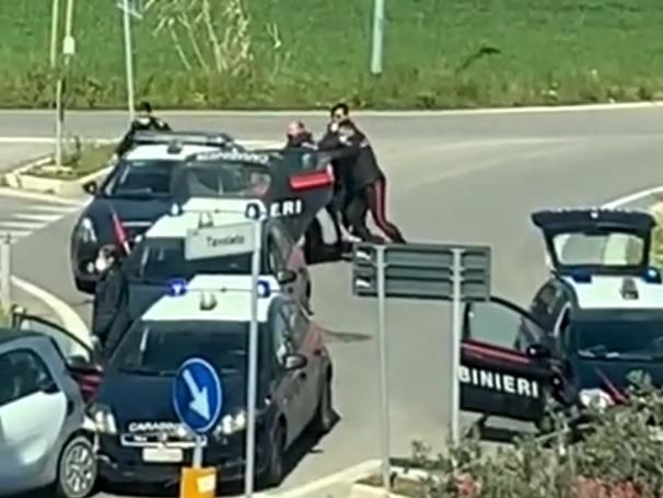 Misano. Febbre e tosse, forza un blocco: scontro coi carabinieri