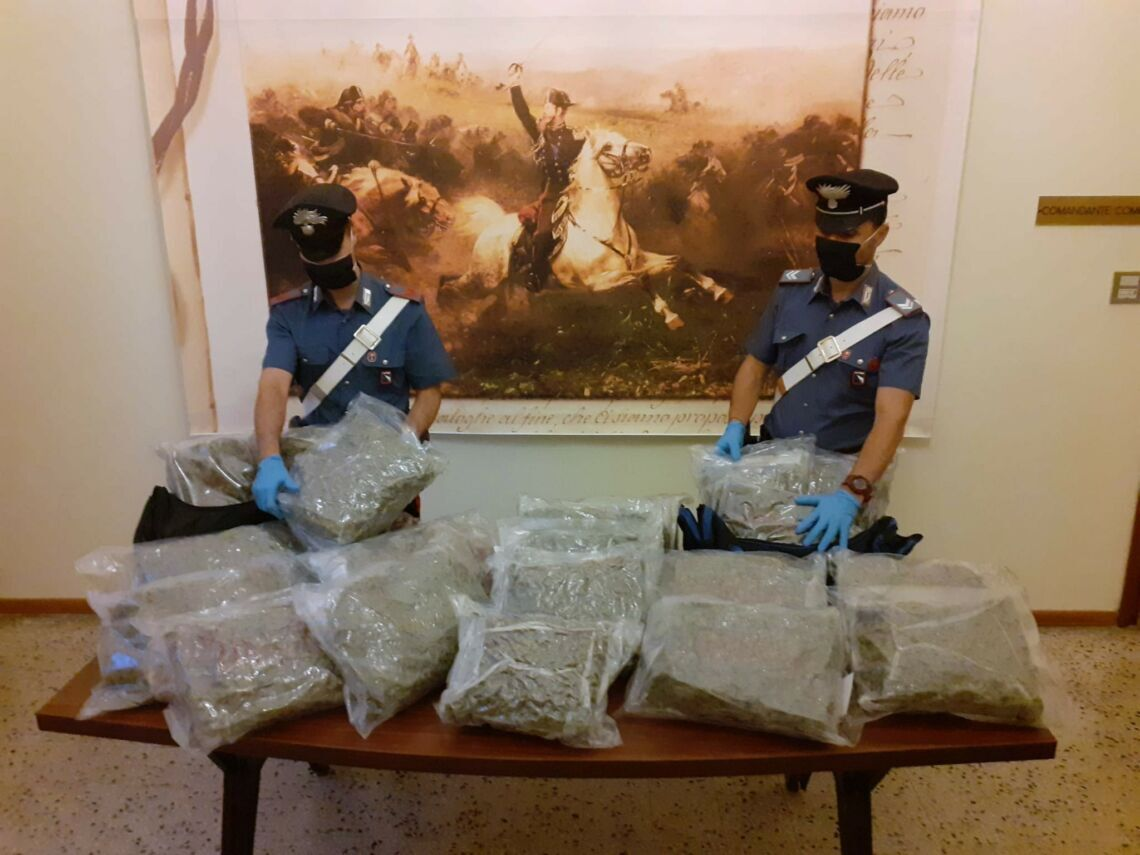 Carabinieri trovano 21 chili di marijuana su un'auto in sosta