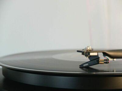 round black vinyl disc on vinyl player