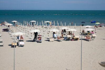 """Coronavirus, a Ravenna finisce l'era dell'ombrellone """"condiviso"""""""