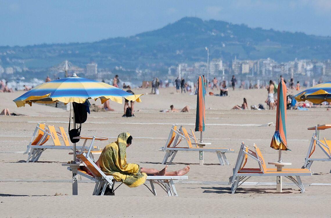 Rimini, in spiaggia fino alle 22 e 18 mq per gli ombrelloni
