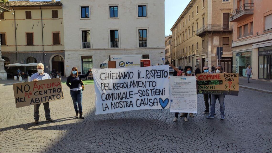 Rimini. Antenna di Viserba Monte, protesta davanti al Comune FOTO