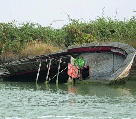 Ravenna, via barche e capanni affondati dalla pialassa