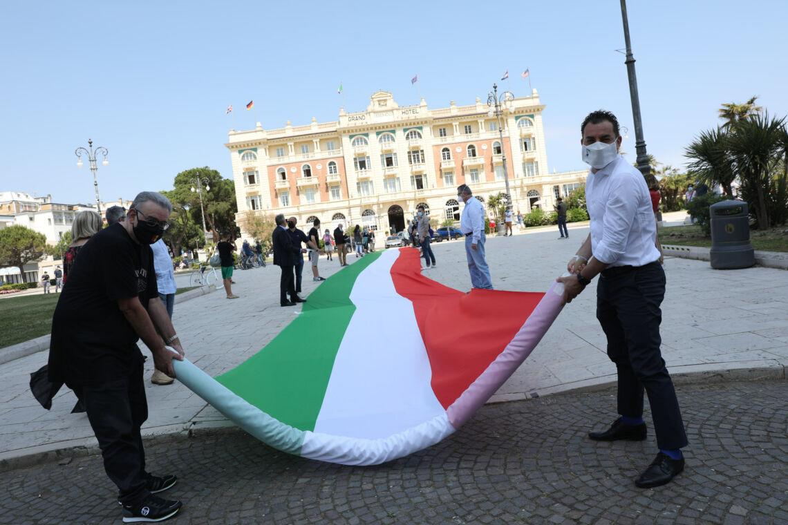Un 2 giugno di protesta per il centro destra a Cesenatico - VIDEO