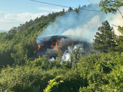 Sogliano: capannone a fuoco ai margini del bosco - VIDEO