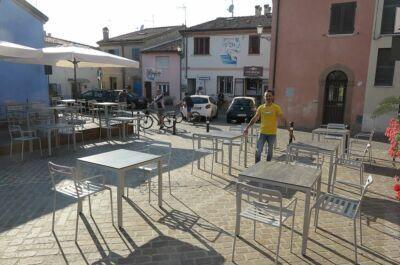 Rimini. Tavolini in strada e al posto dei posti auto: 120 domande
