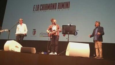 """Riapre il teatro Galli di Rimini, e il sindaco canta """"Romagna mia"""""""