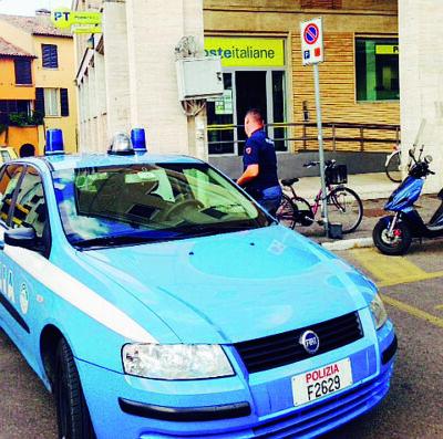 Scippa e ferisce una donna in centro a Cesena: preso alle Poste