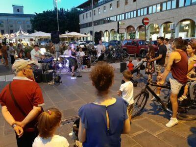 Spettacoli e negozi aperti: tornano i venerdì di luglio a Cesena