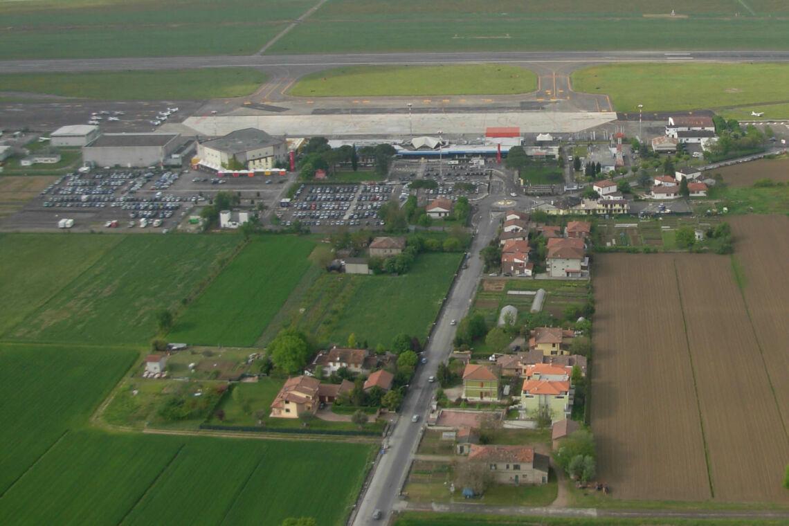 Forlì, l'aeroporto diventa un grande drive in con big della musica