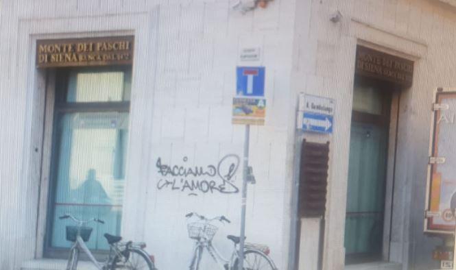"""Beccato l'imbrattatore di """"facciamo l'amore"""" a Rimini"""